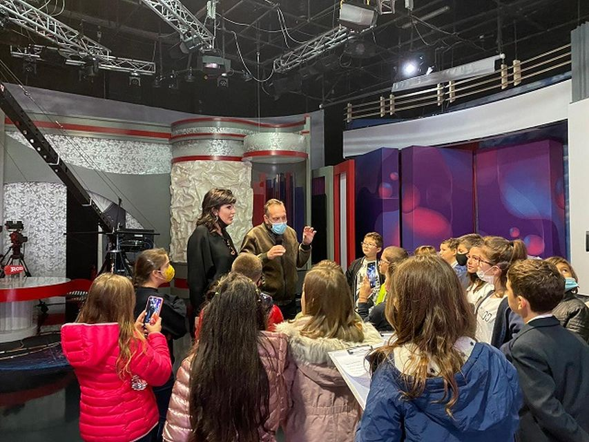 """Επίσκεψη των μαθητών τής Δ΄ τάξης στον τηλεοπτικό σταθμό """"Ora News""""/Vizitë e nxënësve të klasës IV të shkollës """"Arsakeio e Tiranës"""" në stacionin televiziv """"Ora News"""""""
