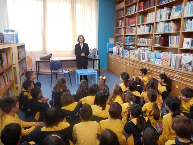 Η  συγγραφέας κ. Μαστρογιάννη στη βιβλιοθήκη τού Σχολείου