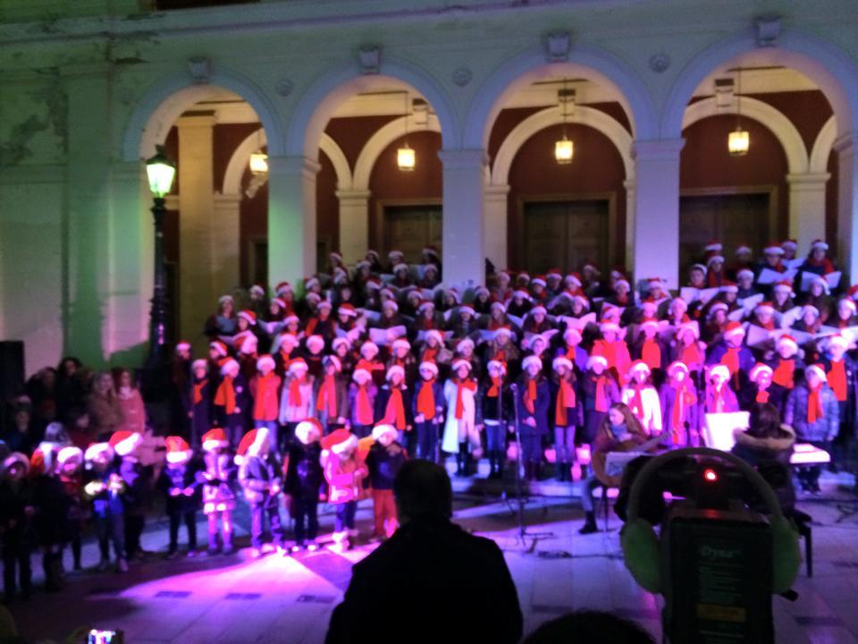 Η χριστουγεννιάτικη συναυλία των Αρσακείων Πατρών «ζέστανε» την Πλατεία Γεωργίου