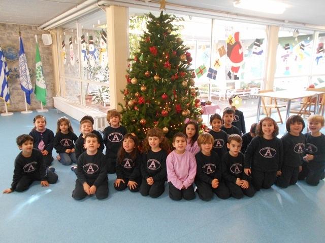 Χριστουγεννιάτικα δέντρα γεμάτα στολίδια, γέλια και ευχές!